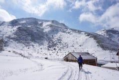 Midagahara-Feld im November mit Schneegebirgshintergrund Lizenzfreie Stockfotografie