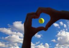 Midair för tennisboll med molnig himmel över arkivbild