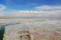 Midairsikten av Chaka Salt Lake Chaka ?r det tibetana spr?ket, betydelsen ?r saltar dammet, som ?r saltar av Qinghai Det ?r en royaltyfri foto