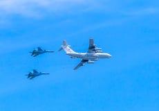 (Midas) воздушный дозаправляя топливозаправщик Il-78 демонстрирует дозаправлять 2 Su-34 (защитник) Стоковые Изображения RF