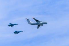 (Midas) воздушный дозаправляя топливозаправщик Il-78 и 2 Su-34 (защитник) Стоковые Фото