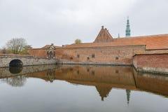 Middag buitenmening van het beroemde Kasteel van Frederiksborg royalty-vrije stock afbeeldingen