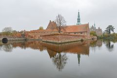 Middag buitenmening van het beroemde Kasteel van Frederiksborg stock afbeeldingen
