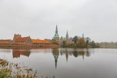 Middag buitenmening van het beroemde Kasteel van Frederiksborg royalty-vrije stock afbeelding