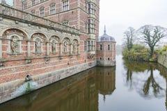 Middag buitenmening van het beroemde Kasteel van Frederiksborg royalty-vrije stock foto