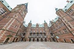 Middag buitenmening van het beroemde Kasteel van Frederiksborg stock afbeelding