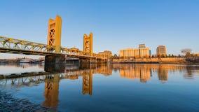 Middag timelapse van de beroemde torenbrug, Sacramento stock video