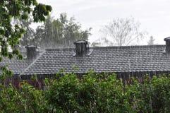 Middag zware regen die op het dak vallen royalty-vrije stock foto's
