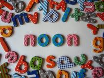Middagbanner met kleurrijke brieven stock afbeelding