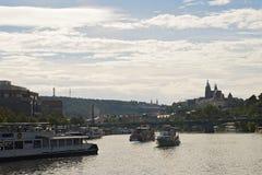 Middagcruise bij Vltava-rivier, Praag Stock Afbeelding