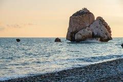 Middagmening van het breken van golven bij het bekiezelde die strand rond Petra tou Romiou, ook als de geboorteplaats van Aphrodi royalty-vrije stock afbeeldingen