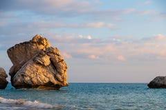 Middagmening van het breken van golven bij het strand rond Petra tou Romiou, ook als de geboorteplaats van Aphrodite wordt bekend royalty-vrije stock afbeeldingen