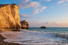 Middagmening van het breken van golven bij het strand rond Petra tou Romiou, ook als de geboorteplaats van Aphrodite wordt bekend royalty-vrije stock afbeelding