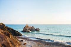 Middagmening van het zeegezicht rond Petra tou Romiou, als de geboorteplaats van Aphrodite, in Paphos, Cyprus, als visserijboa di stock fotografie