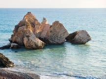 Middagmening van het zeegezicht rond Petra tou Romiou, ook als de geboorteplaats van Aphrodite wordt bekend, in Paphos, Cyprus da royalty-vrije stock afbeelding