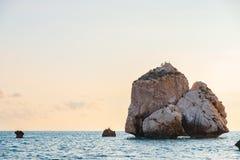 Middagmening van het zeegezicht rond Petra tou Romiou, ook als de geboorteplaats van Aphrodite wordt bekend, in Paphos, Cyprus da stock foto's