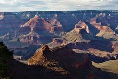 Middagschaduwen in Grand Canyon stock foto's