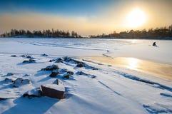 Middagsolnedgång i polart landskap arkivfoton