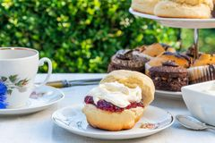 Middagthee met cakes en traditionele Engelse scones stock afbeelding