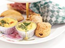 Middagthee met miniquiche en gebakjes stock afbeeldingen