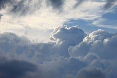 Middagwolken stock afbeeldingen