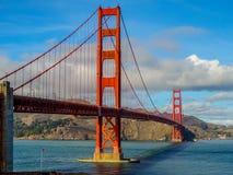 Middagzon die op Golden gate bridge plaatsen stock afbeelding
