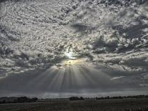 Middagzon het breken door de wolken royalty-vrije stock foto's