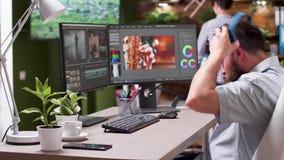 Middel van videoredacteur wordt geschoten die aan nieuw project werken dat stock video