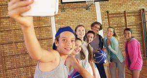 Middelbare schooljonge geitjes die een selfie nemen stock videobeelden