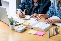 Middelbare schoolpriv?-leraar of studentgroepszitting bij bureau in bibliotheek het bestuderen en het lezen, doend thuiswerk en l royalty-vrije stock foto