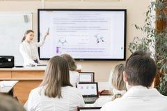 Middelbare schoolstudent in het klaslokaal stock foto