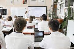 Middelbare schoolstudent in het klaslokaal Royalty-vrije Stock Afbeeldingen
