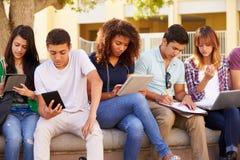 Middelbare schoolstudenten die op Project op Campus samenwerken stock afbeeldingen
