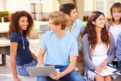 Middelbare schoolstudenten die op Project op Campus samenwerken royalty-vrije stock foto