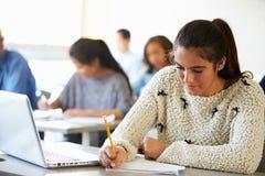 Middelbare schoolstudenten in Klasse die Laptops met behulp van Royalty-vrije Stock Foto