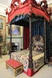 Middeleeuws bed in Engels huis stock afbeeldingen