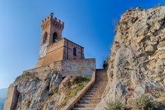 Middeleeuws crenellated bakstenen muurklokketoren Stock Afbeelding