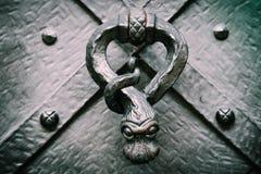 Middeleeuws deurhandvat, macromening Tsjech, de deurkrukslag van Praag stock foto