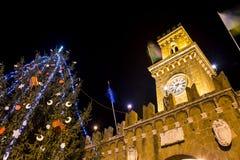 Middeleeuws dorp met Kerstboom in Italië royalty-vrije stock fotografie