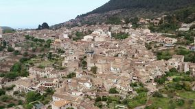 Middeleeuws Europees dorp onder bergen, valldemossa, de luchtmening van Mallorca stock footage