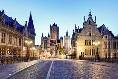 Middeleeuws Gent bij nacht belgië stock afbeelding