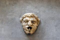 Middeleeuws gezicht met open mond op muur op straat via Alla Rocca in Citta Alta Upper Town Bergamo Itali? stock foto