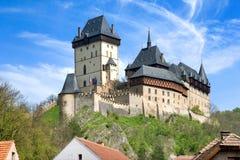 Middeleeuws gotisch koninklijk kasteel met borstweringen Karlstejn dichtbij Pragu royalty-vrije stock afbeelding