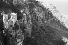Middeleeuws kasteel aan kant van berg Royalty-vrije Stock Foto