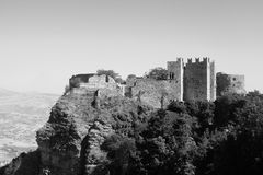 Middeleeuws kasteel bovenop berg Royalty-vrije Stock Foto's
