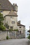 Middeleeuws kasteel door het meer in Yvoire, Frankrijk stock fotografie