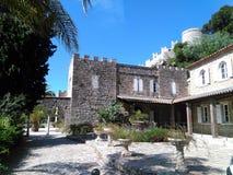 Middeleeuws kasteel omhoog de heuvel stock fotografie