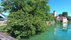 Middeleeuws kasteel op Annecy meer in Alpes-bergen, Frankrijk stock videobeelden