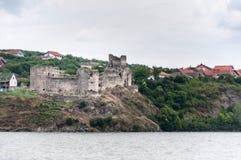 Middeleeuws kasteel op de banken van de Donau stock afbeeldingen
