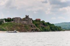 Middeleeuws kasteel op de banken van de Donau royalty-vrije stock afbeelding